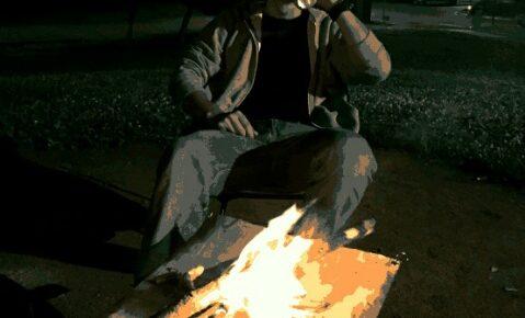 コンパクトな焚き火台でキャンプファイヤー